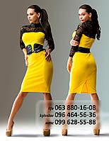 Яркое платье прилегающего кроя из французского трикотажа с декором кружевом и эко-кожей, желтое