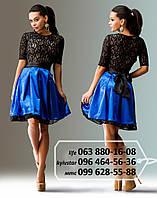 Эффектное короткое платье с гипюровым верхом и подюпником, атласной юбкой-солнцеклеш и красивым широким поясом в виде банта, черное-электрик
