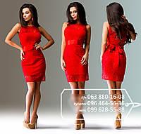 Очаровательное коктейльное платье прилегающего кроя с атласной основой и гипюровым верхом, широким поясом в виде банта, красное