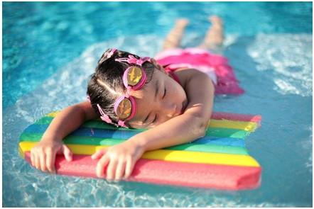 прозрачная и чистая вода в бассейне при использовании диатомитового фильтра Hayward ProGrid