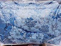 Атласное покрывало в спальню с оборками и с подушками.Голубое