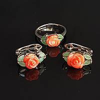 Серебряный комплект кольцо и серьги с натуральным резным кораллом и изумрудами