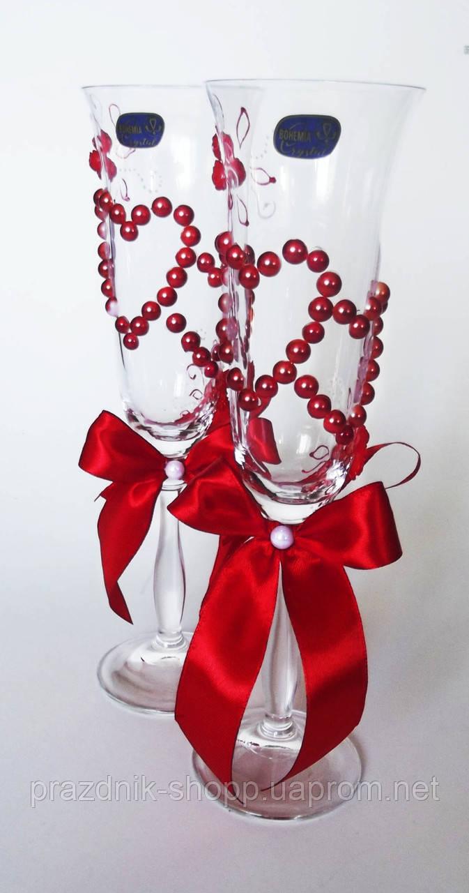 Свадебные бокалы, красные сердца.