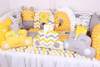 Комплект в кроватку с игрушками и облачками солнечный