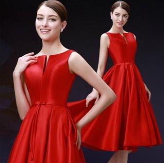 Жіночу червону атласну сукню.