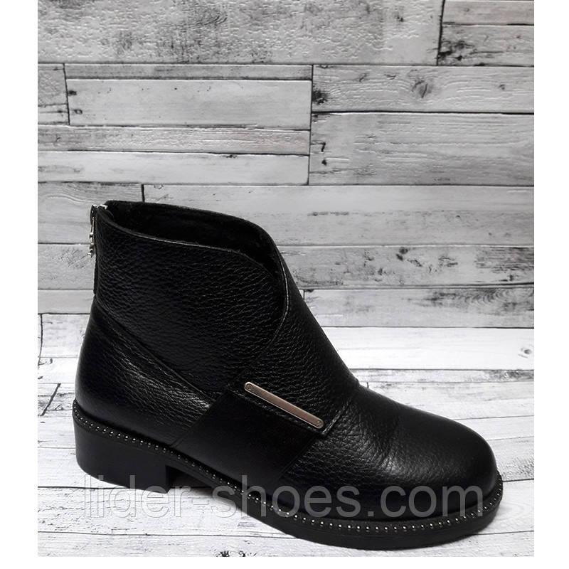 Женские ботинки на низком каблуке кожаные