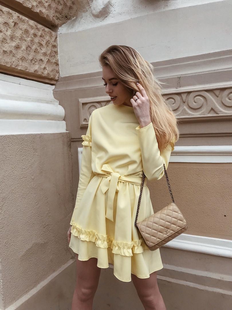 Желтое платье с рюшами и поясом на талии