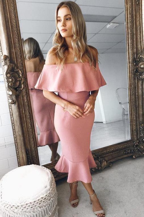Нарядное женское платье длины миди с большим воланом на груди