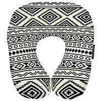 «Черно-белый орнамент» - оригинальная дорожная подушка для поклонников лаконизма.