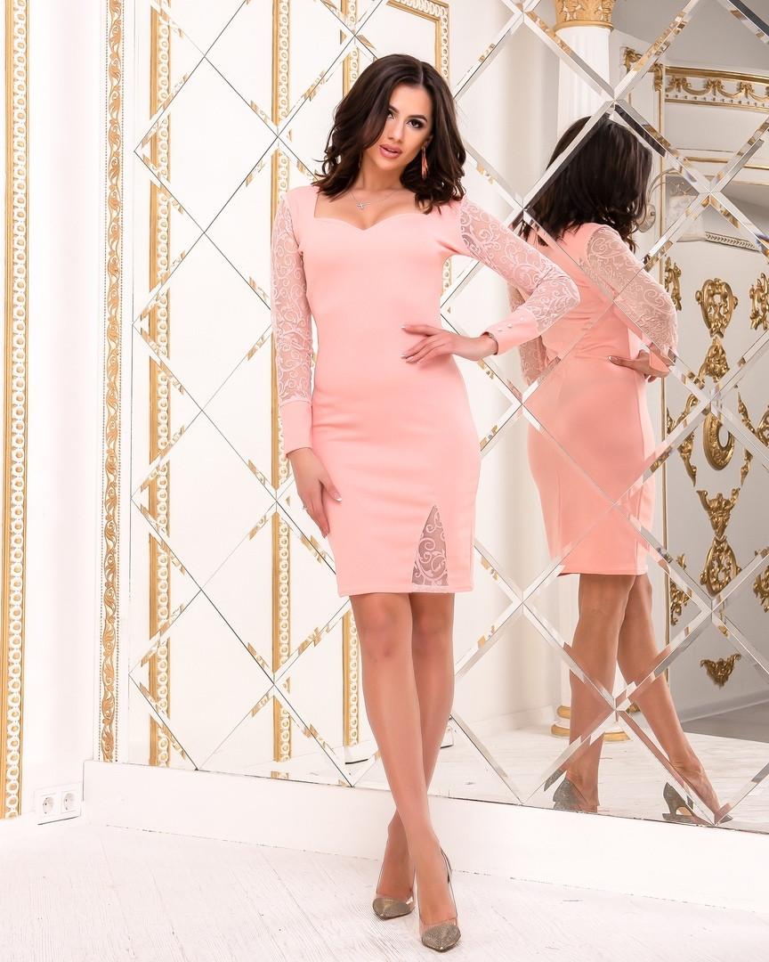 Платье декорировано пибывными бусинками