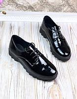 Женские туфли из натурального лака на шнурках.