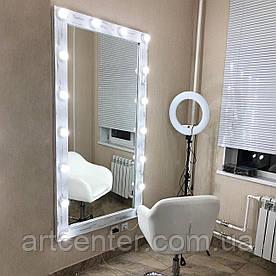 Настенное зеркало для салона красоты в раме из натурального дерева