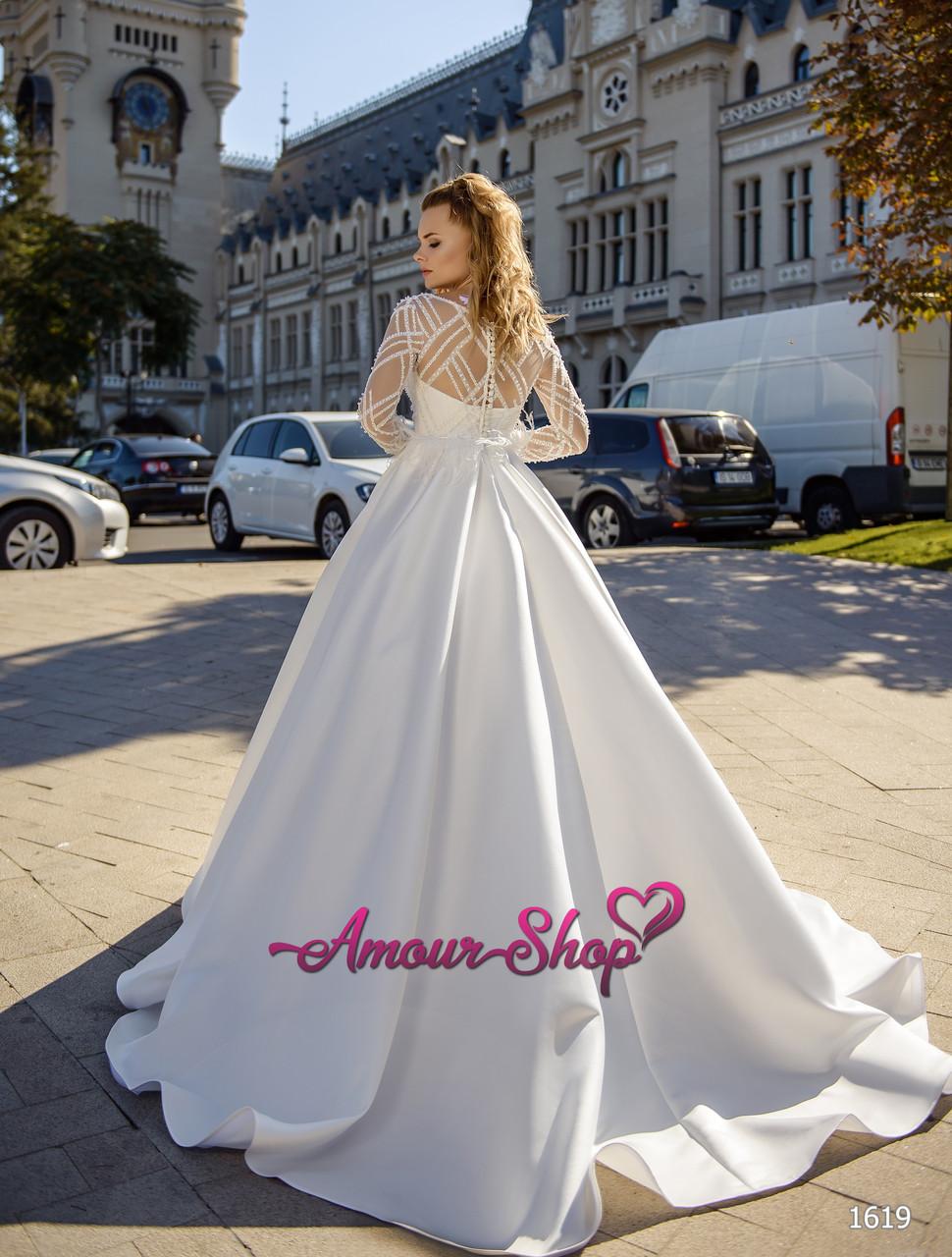 Стильное свадебное платье с рукавами и перьями