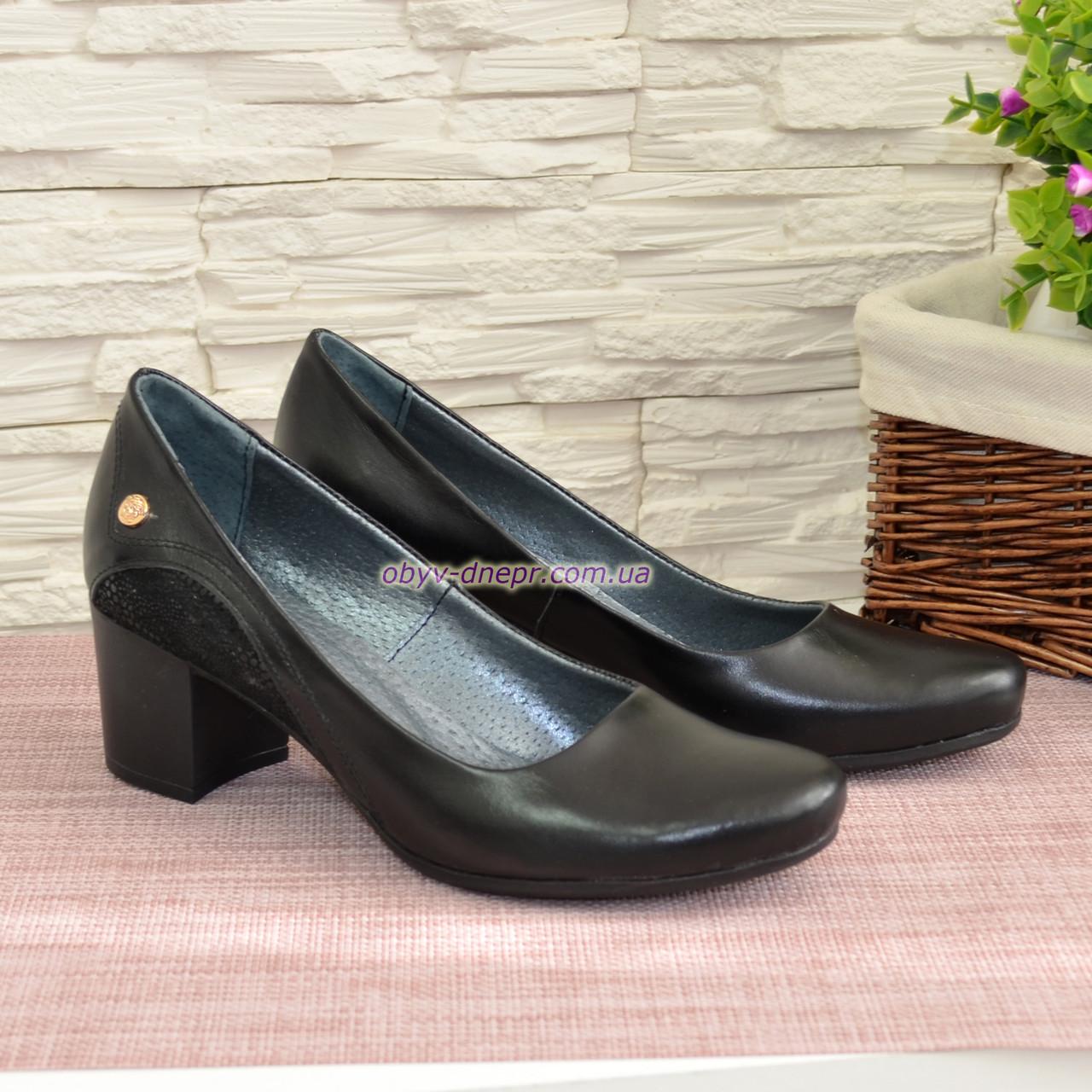 Туфли женские на невысоком каблуке, декорированы фурнитурой
