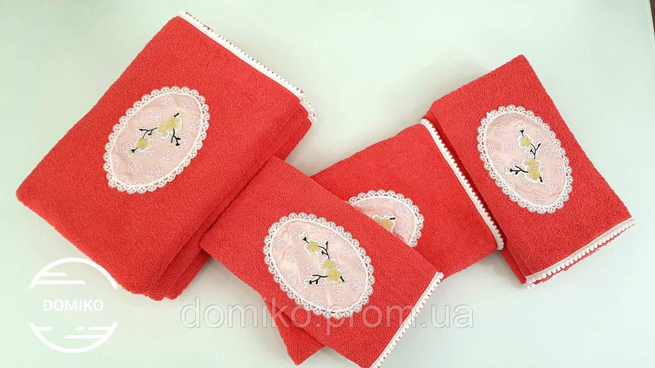 Махровое полотенце 50*90 Сакура с помпонами коралловое Domiko