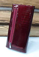 Женский кошелек из натуральной кожи красного цвета, лаковый, складной на кнопке, для 9 карточек, фото 2