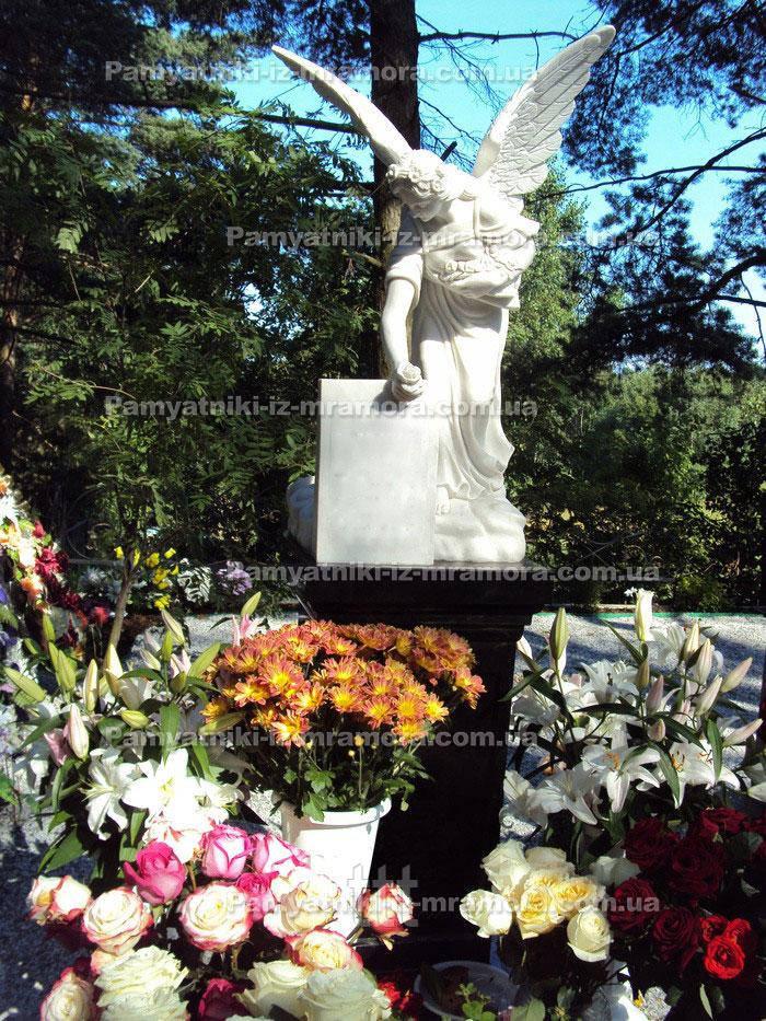Ангел с цветами  холстом  на тумбе № 15