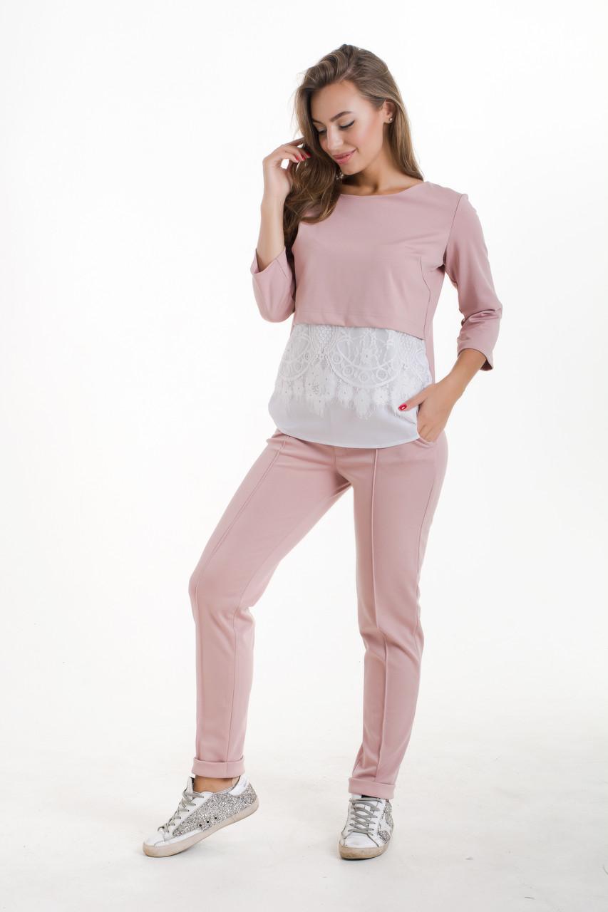 Жіночий брючний костюм рожевого кольору з білою мереживною вставкою на кофті
