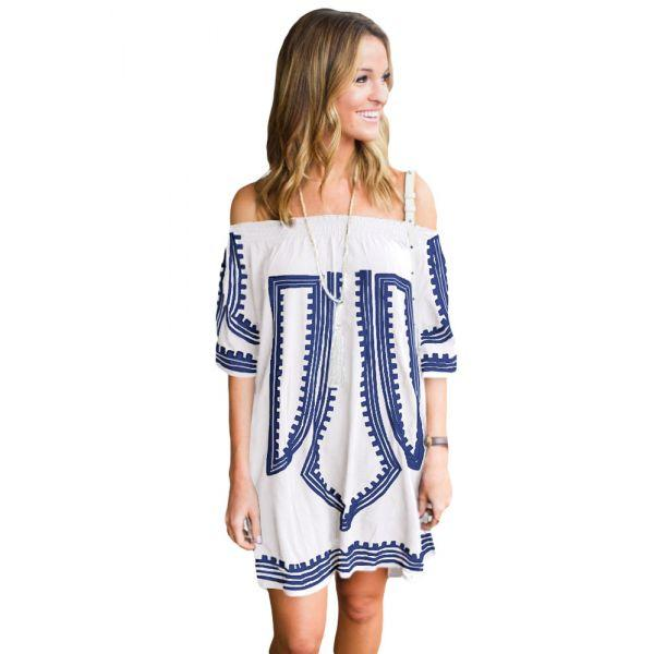 Белое платье с геометрическим принтом и открытыми плечами
