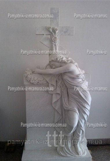 Памятник Ангел склонивший на памятник с крестом №47