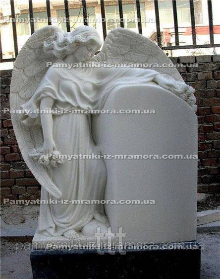 Памятник  Ангел из белого мрамора с цветами №49