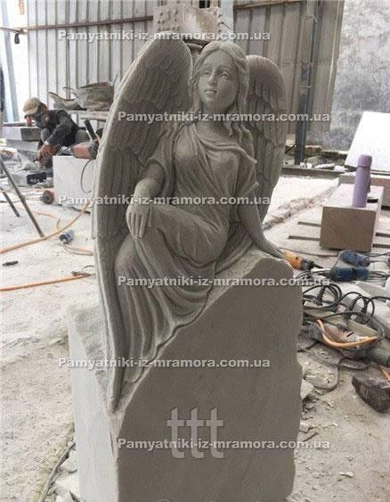 Ангел сидячий на надгробии из мрамора  №53