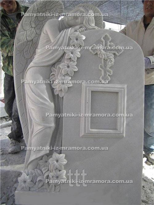 Памятник с ангелом из мрамора и лилиями №67