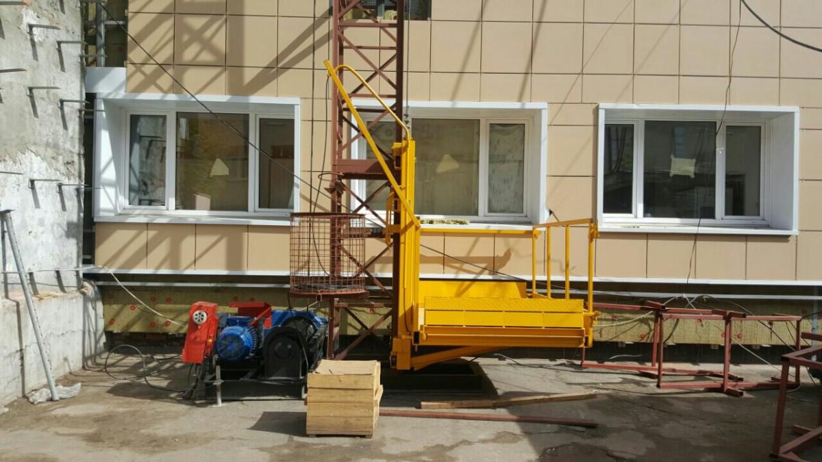 Подъемник грузовой строительный