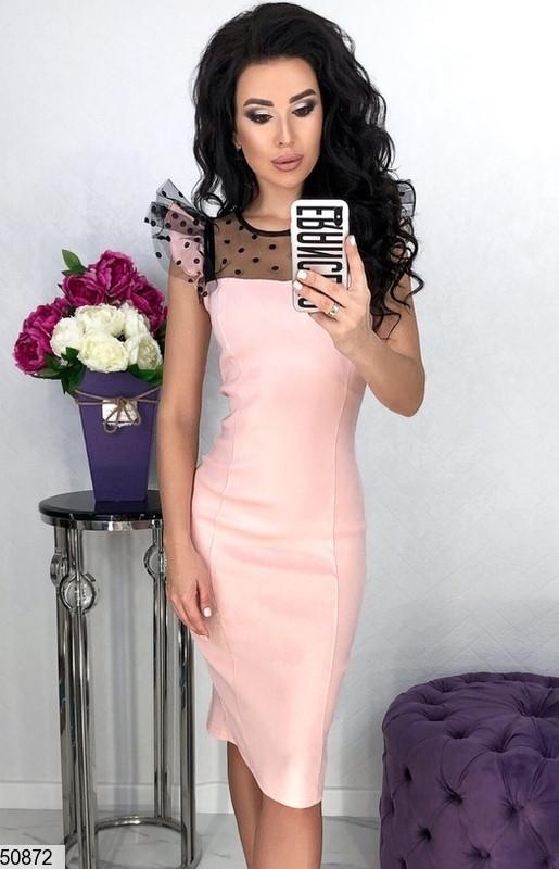 Красивое платье средней длины по фигуре короткий рукав с рюшами сетка горох розовое