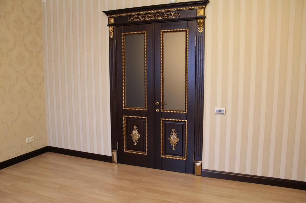 Деревянная дверь с резьбой