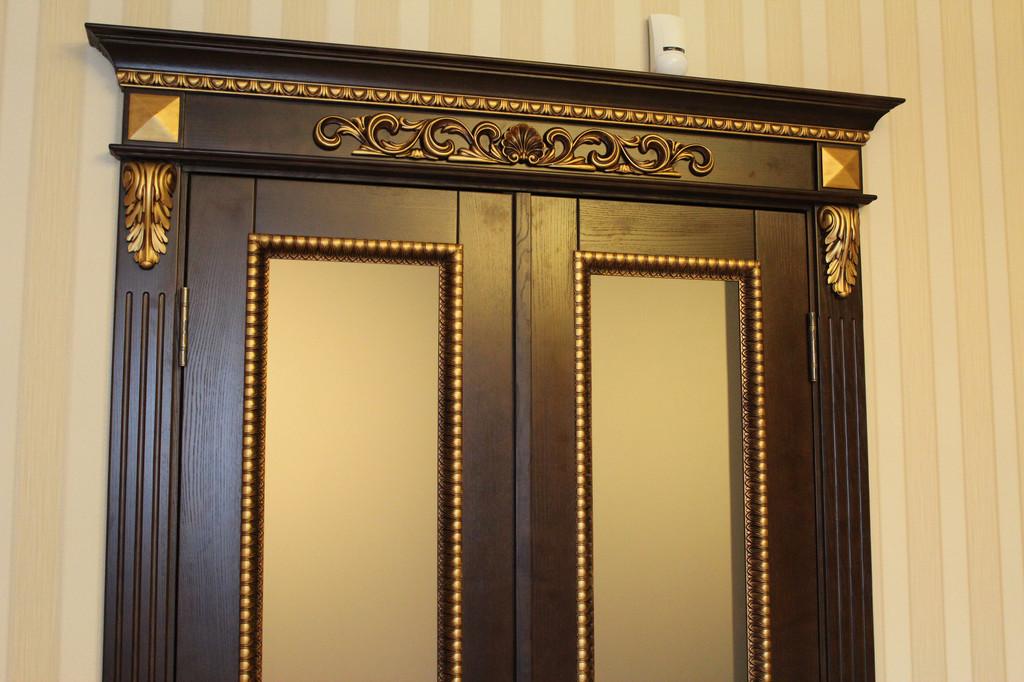 Дверь деревянная с резьбой