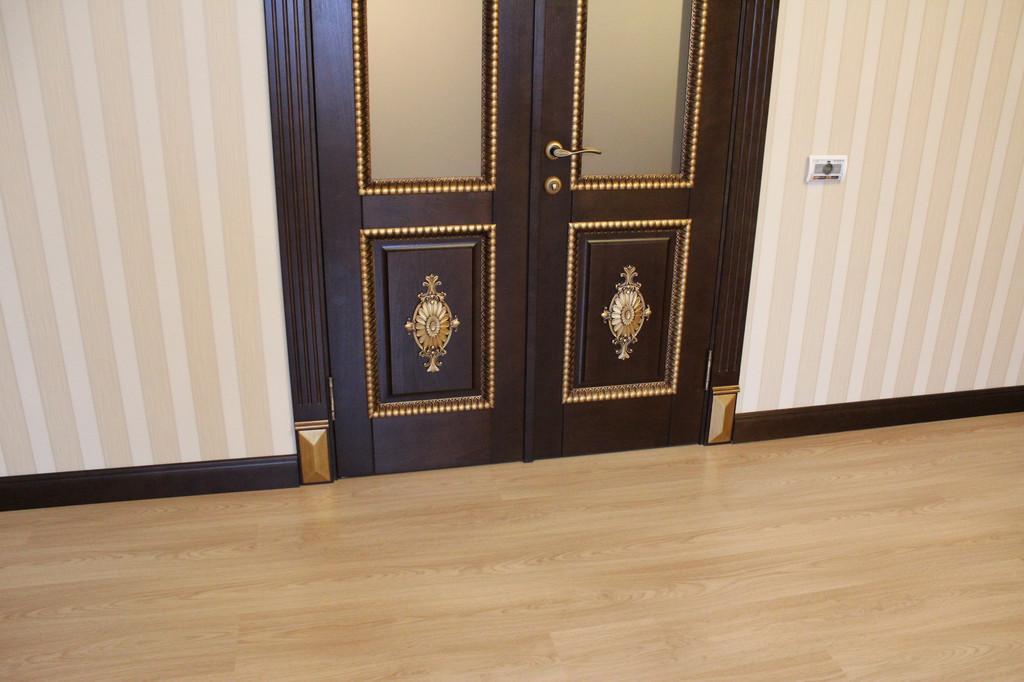 Дверь деревянная с резными элементами