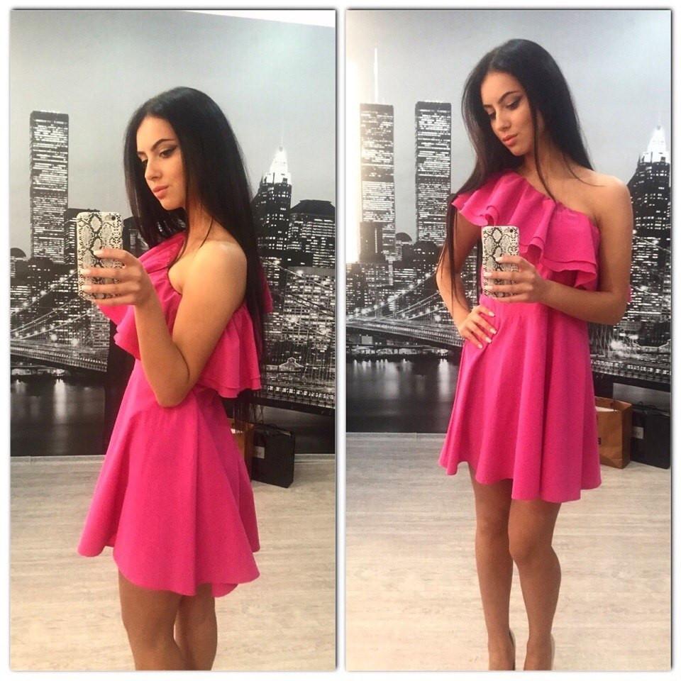 Платье на одно плечо с воланом розовое