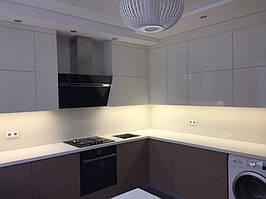 Белый лакобель на кухне