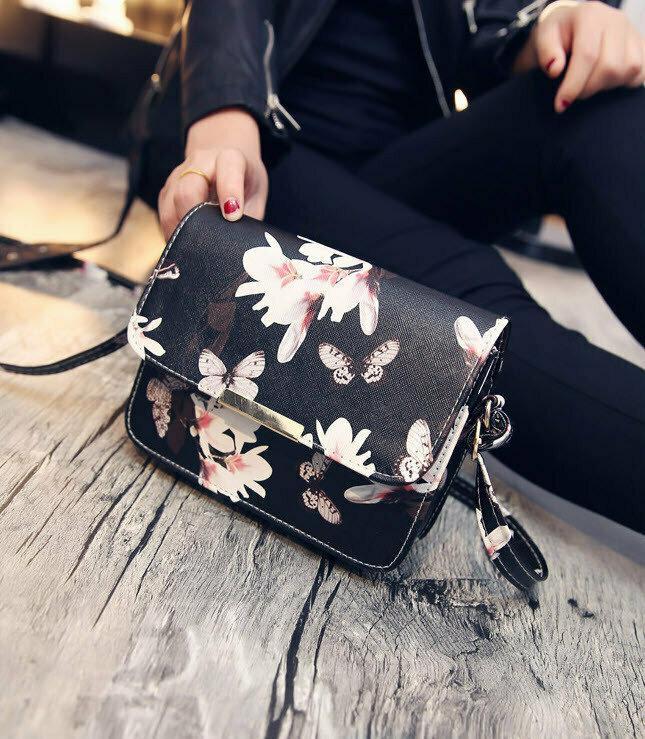 Стильная сумочка с принтом бабочек и лилий