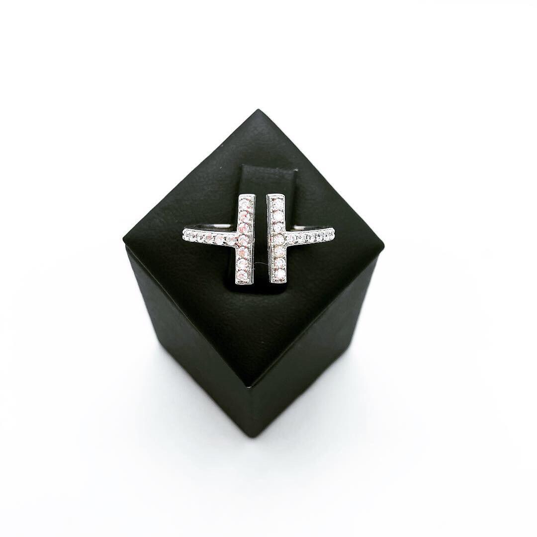 Кольцо из серебра с куб. цирконами в стиле Tiffany (размер 16)