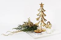 Декоративная композиция: тарелка фарфоровая, елка металлическая (h=25см), фигурка полистоун (h=10см), свеча (d=6,5см), ветка хвои искусственная с