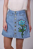 Молодёжная джинсовая юбка на пуговицах с нашивкой трапецией высокой посадки