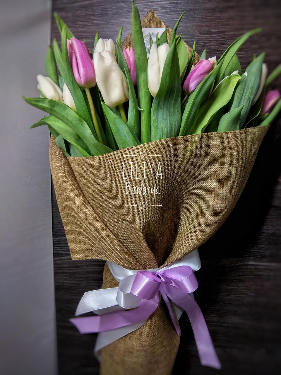 35 белых и сиреневых тюльпанов