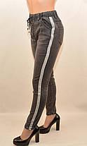 Джинсы женские с широкой серебристой лампасой и потёртостями в сером цвете (остаток 30 р. 1 шт), фото 2