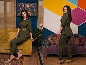 """Нарядный женский брючный костюм """"TRIORA"""" с баской и гипюром (большие размеры), фото 3"""