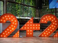 Логотип телеканала 2+2 с лампочками
