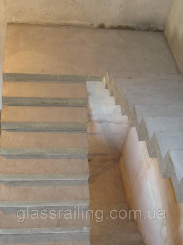 Lestnica betonnaya s zerkalnim kosourom
