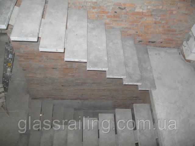 Lestnica betonnaya na centralnom kosoure