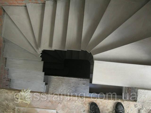 Lestnica betonnaya na bokovom kosoure