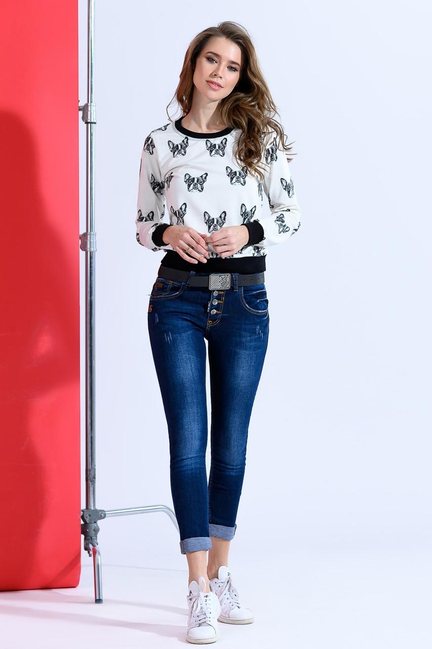 Темные джинсы с ремнем
