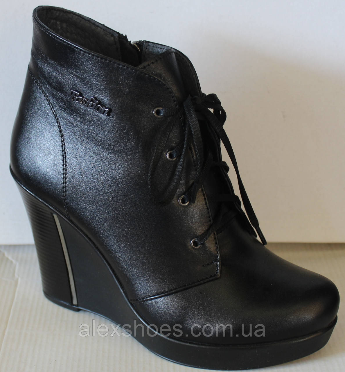 Ботинки женские демисезонные на платформе из натуральной кожи черного цвета от производителя модель ЛЕ100