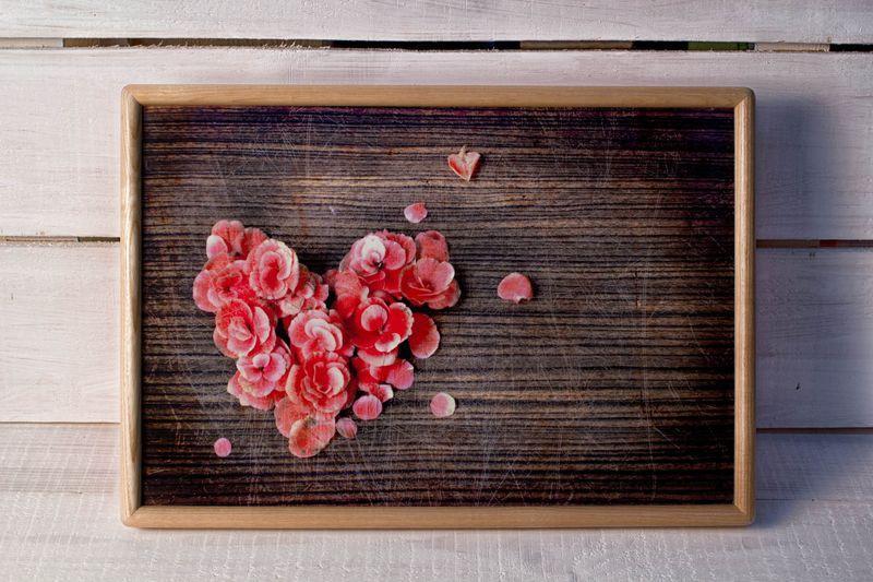 Поднос на подушке BST 46*32 деревянный сердце из лепестков