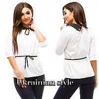 Женская белая блуза с черным воротничком.