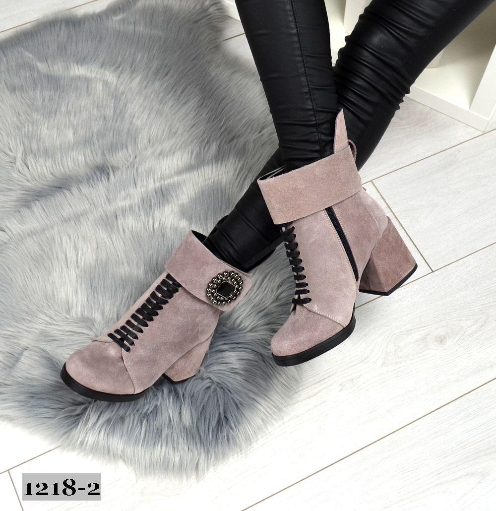 Демисезонные замшевые светлые ботинки на широком каблуке